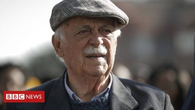 Photo of George Bizos: Anti-apartheid lawyer who defended Mandela dies aged 92
