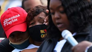 Photo of Breonna Taylor's mother reacts: 'I am an angry black woman'