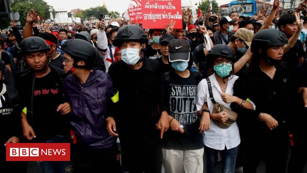 thai-protests:-thousands-gather-in-bangkok-as-king-returns-to-country
