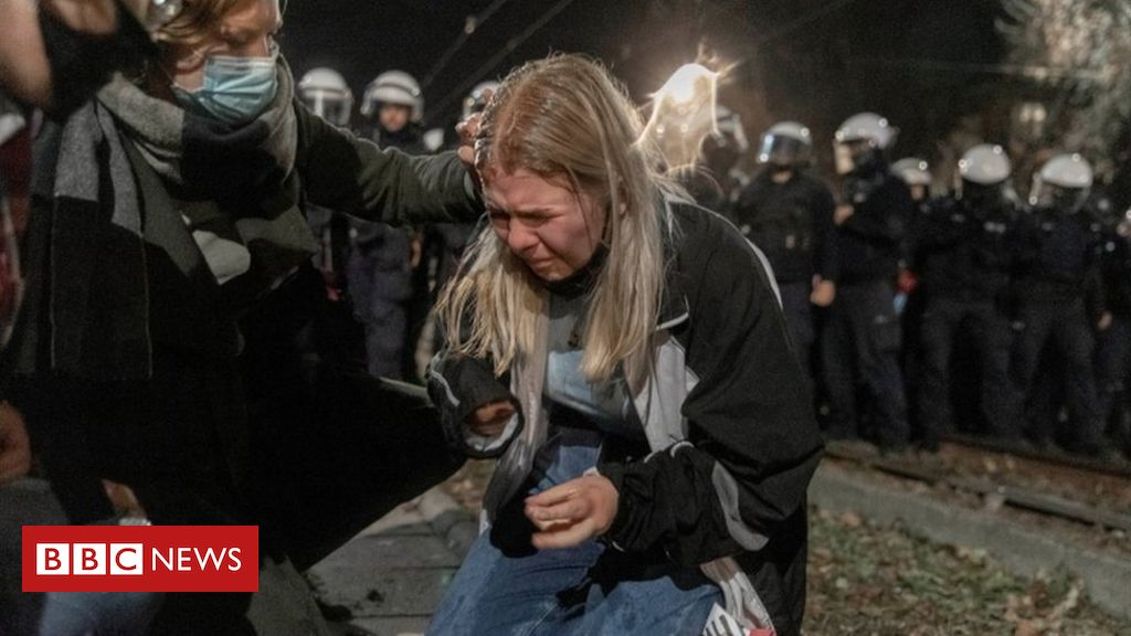 poland-abortion-ruling:-police-use-pepper-spray-against-protesters
