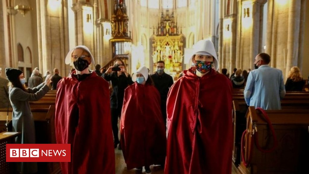 poland-abortion-ruling:-protesters-disrupt-church-services