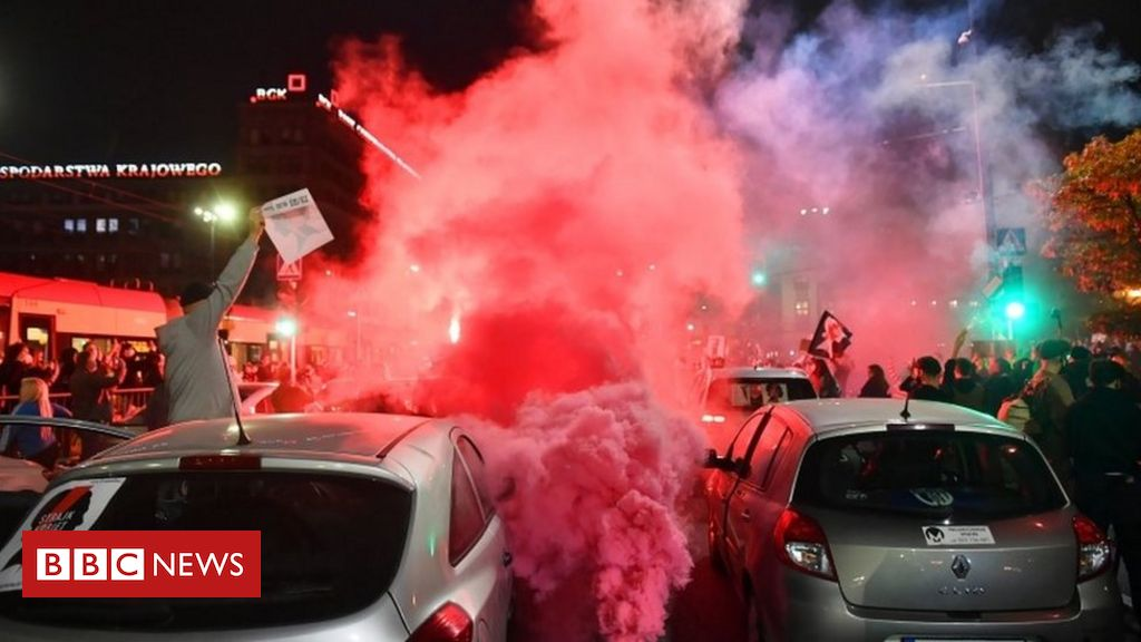 poland-abortion-ruling:-protesters-block-roads-across-country