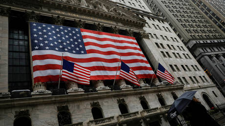 dow-down-800:-stock-markets-plummet-on-fear-of-more-lockdowns-as-global-number-of-covid-19-cases-grows