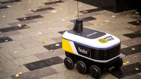 your-order,-sir!-robots-start-delivering-restaurant-meals-in-moscow-(photos,-videos)