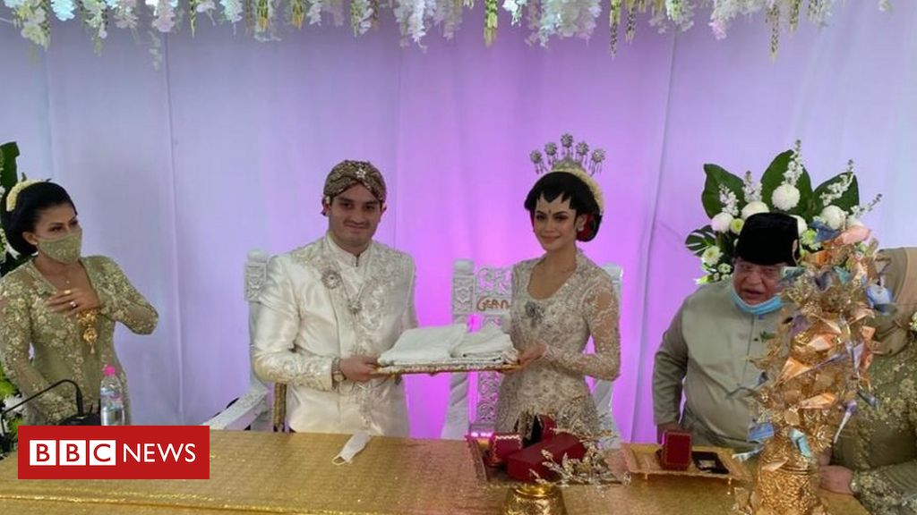 covid-19:-couple-holds-10,000-people-drive-thru-wedding-in-malaysia