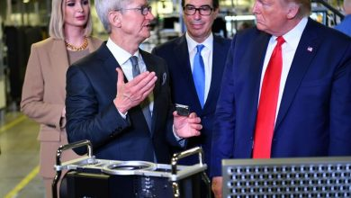 Photo of Tim Cook gave the first Mac Pro to Trump, apparently