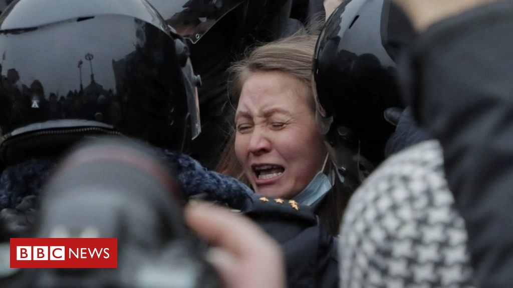 in-pictures:-tens-of-thousands-gather-for-pro-navalny-protests