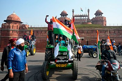tractor-rally:-farmers-clash-with-police-at-delhi's-iconic-red-fort