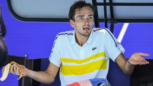 tennis-star's-coach-walks-out-as-he-blows-two-set-lead
