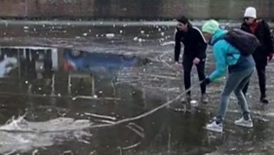 Photo of Amsterdam: Bystanders rescue skaters after ice breaks