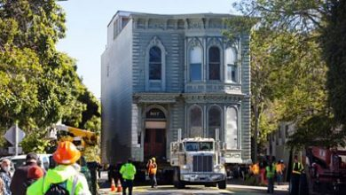 Photo of 139-year-old Victorian house moved in San Francisco