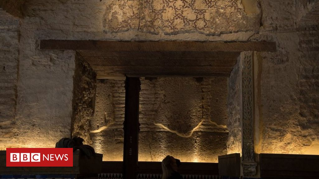 builders-at-seville-bar-uncover-'12th-century-bathhouse'