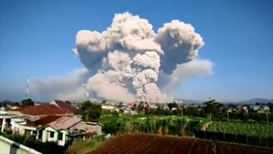 Photo of Mount Sinabung: Time-lapse shows Indonesia volcano's 5km-high ash cloud