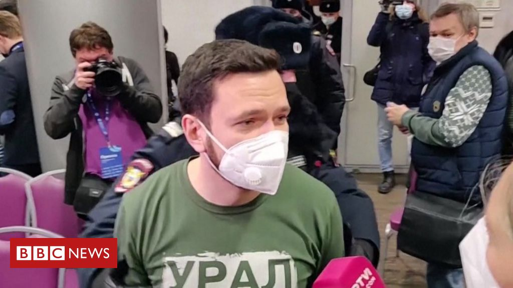 russia-opposition:-moscow-police-raid-election-forum
