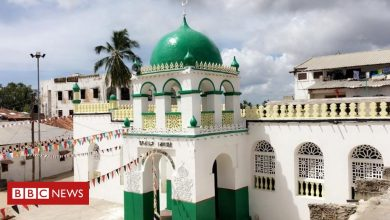 Photo of Kenya Lamu mosque: Anger over T-shirt worn by Jay-Z