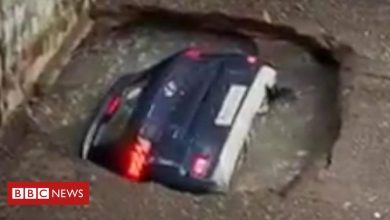 Photo of Car unexpectedly disappears into disused well in Mumbai