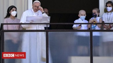 Photo of Pope Francis leads prayers from hospital balcony after colon surgery