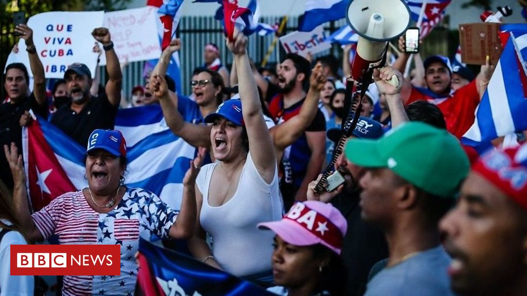 floridians-rally-in-support-of-cuban-protesters