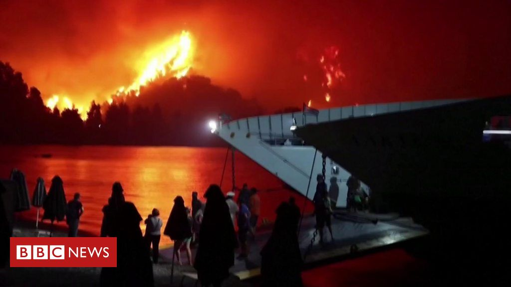 greece-fires:-hundreds-rescued-by-coastguard