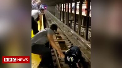 Photo of New York officer rescues fallen man from subway train