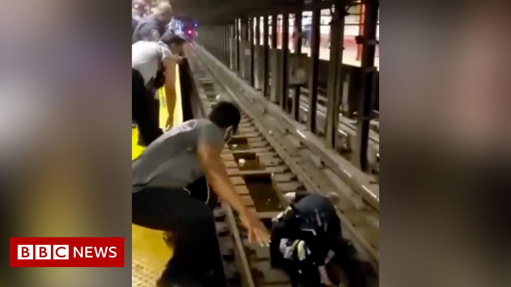 new-york-officer-rescues-fallen-man-from-subway-train