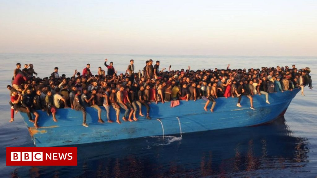 europe-migrant-crisis:-more-than-500-people-rescued-off-italian-island