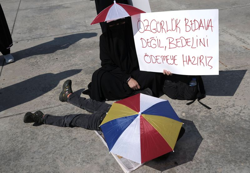 thousands-protest-new-turkish-vaccine-and-test-rules