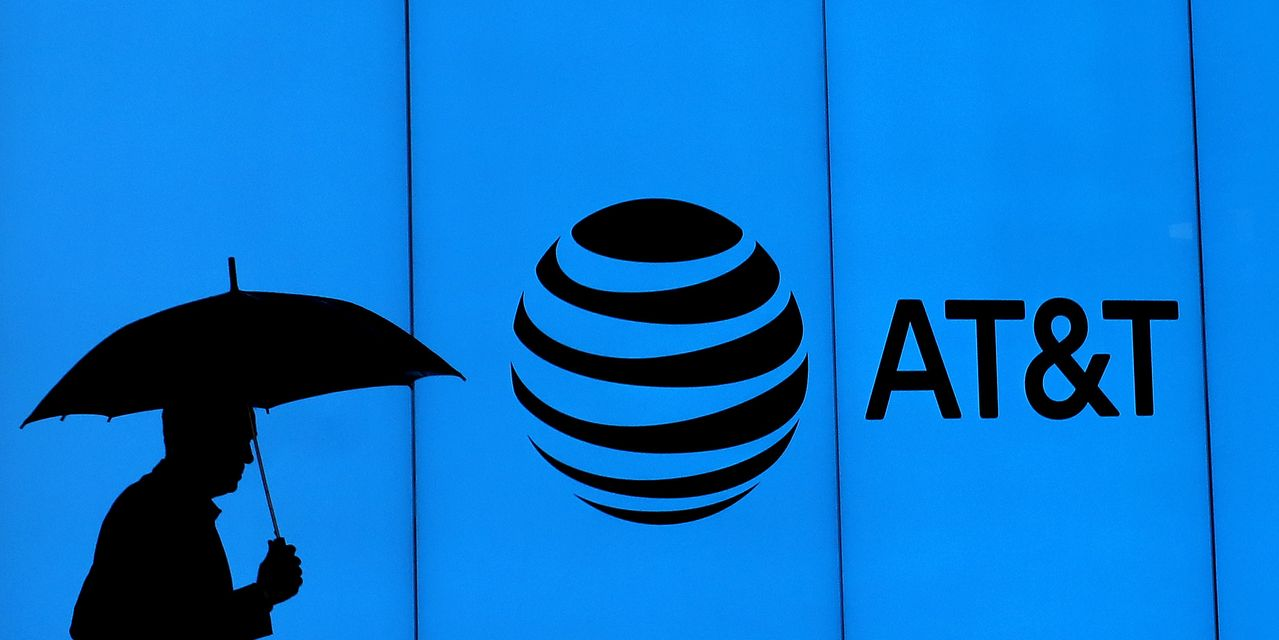at&t-stock-rallies-after-an-upgrade—but-it's-hardly-a-ringing-endorsement